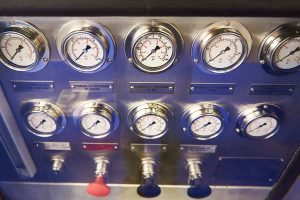 Manometers in liquid for measuring pressure in the hydraulic system